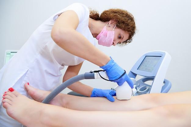 Procedimiento con láser en la clínica de cosmetología estética.