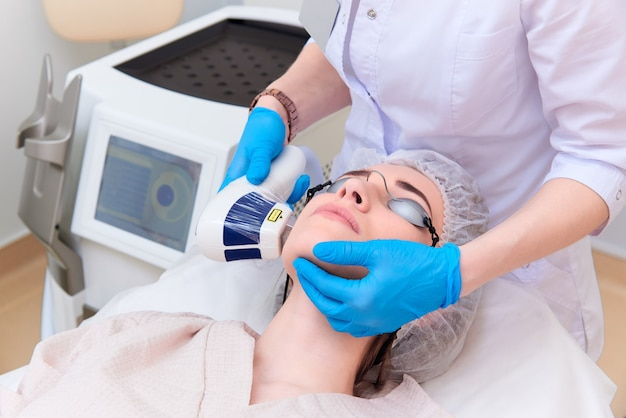 Procedimiento con láser en la clínica de cosmetología láser.