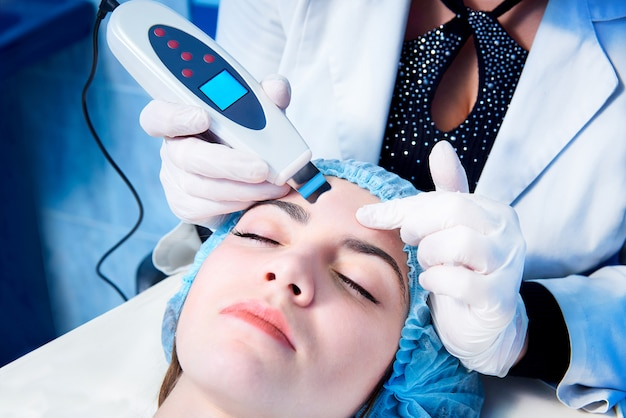 Procedimiento de limpieza ultrasónica de cara. fregadora ultrasónica. tratamiento y cuidado de la piel.
