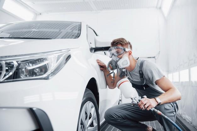 El procedimiento de pintar un automóvil en el centro de servicio.