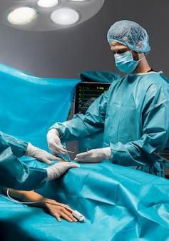 Procedimiento quirúrgico realizado por médico.
