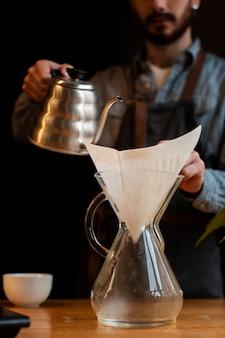 Proceso de cafetera de primer plano