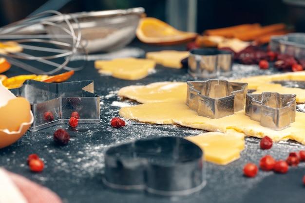Proceso de cocinar galletas de pan de jengibre de cerca