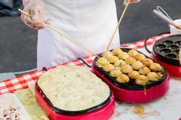 Proceso para cocinar takoyaki bocado delicioso más popular de japón