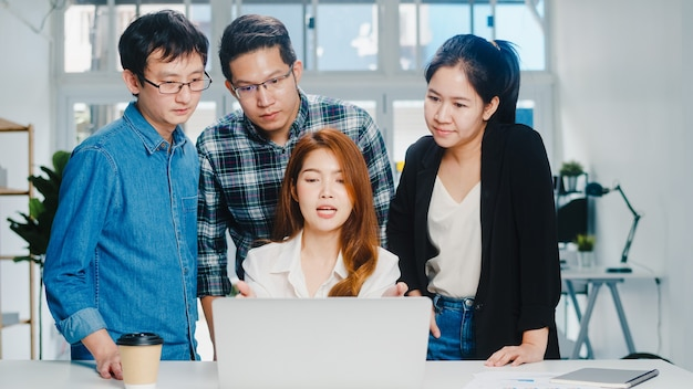Proceso colaborativo de empresarios multiculturales que utilizan la presentación de la computadora portátil y la reunión de comunicación para generar ideas sobre la estrategia de éxito del plan de trabajo de los nuevos colegas del proyecto en la oficina en casa.