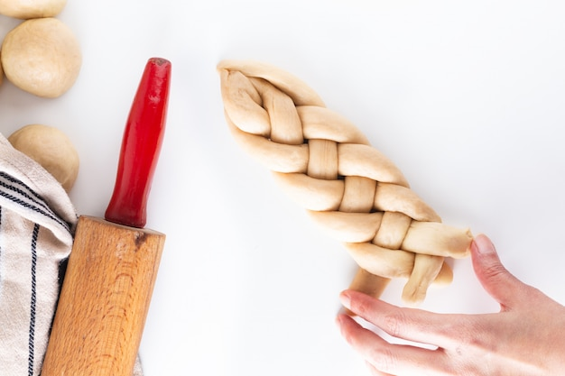 Proceso de concepto de comida casera trenzado pan trenza masa de jalá