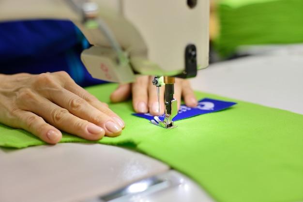 Proceso de confección: las manos de las mujeres detrás de su costura