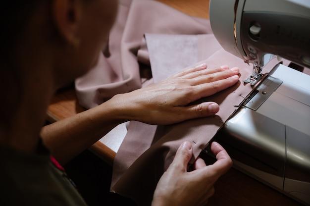 Proceso de confección con máquina de coser.