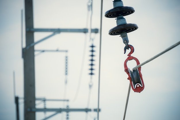 Proceso de construcción instalar cables eléctricos de aluminio con aisladores