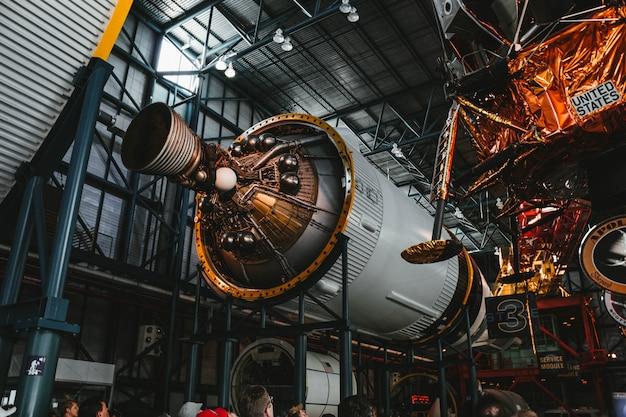 Proceso de construcción de un motor de cohete espacial