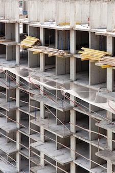 El proceso de construcción y reparación de un nuevo y moderno edificio de paneles de piedra de hormigón de cemento de una casa