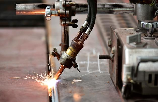 Proceso de corte de llama mediante oxicorte y acetileno.