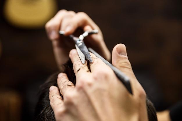 El proceso de cortes de pelo de hombres en una elegante peluquería.