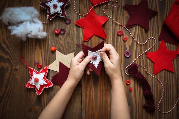 Proceso de coser juguetes artesanales para navidad.