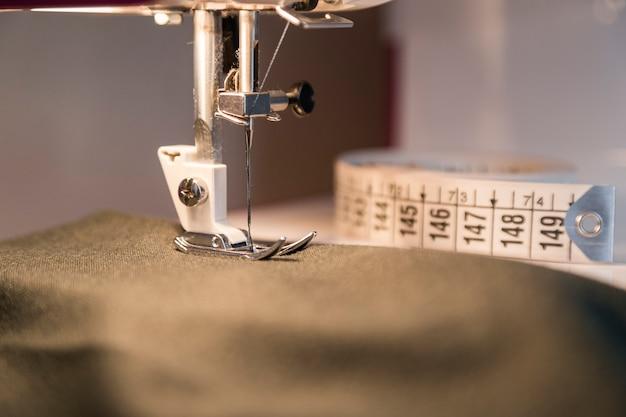 Proceso de costura en la fase de exceso de costura.