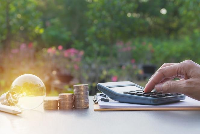 Proceso de la empresaria con monedas de la pila. empresaria trabajando el proyecto