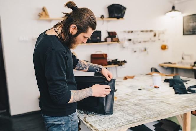 Proceso de trabajo de la bolsa de cuero en el taller de cuero.