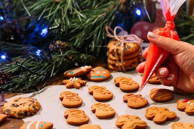 Proceso de decoración de panadería navideña.
