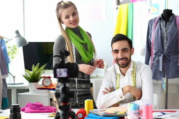 Proceso de diseño de ropa video tutorial de costura. diseñadores creative team recording vlog para redes sociales.