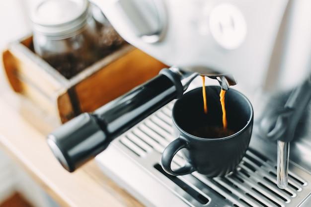 Proceso de elaboración de espresso clásico en máquina.