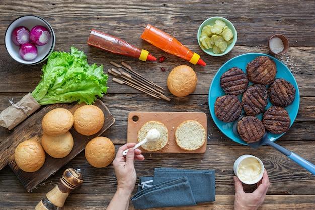 Proceso de elaboración de una jugosa hamburguesa.