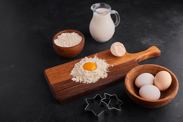 Proceso de elaboración de pastelería o panadería sobre tabla de madera.