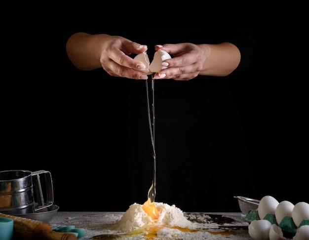 El proceso de elaboración de postres. tartas de crema, magdalenas, galletas, comestibles. la cocina y la pastelería elaboran postres.