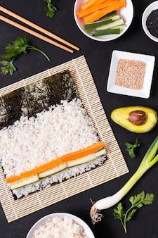 Proceso de elaboración de sushi plano