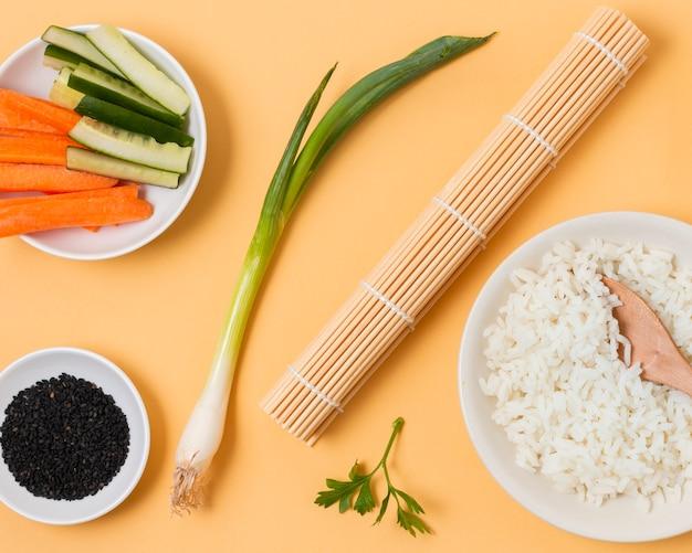 Proceso de elaboración de sushi en primer plano