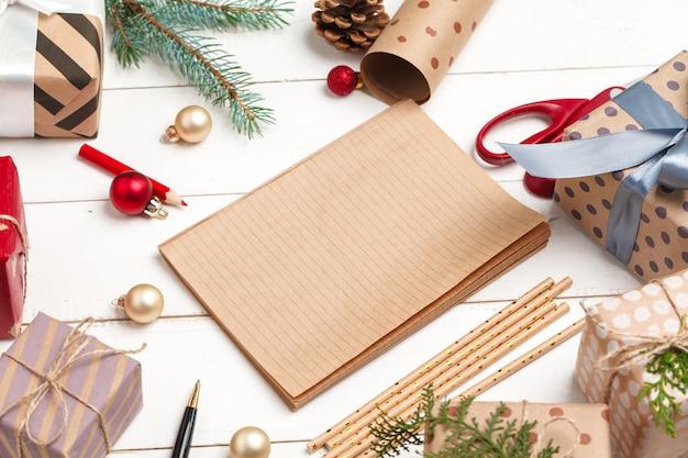 Proceso de elaboración de tarjetas de felicitación de navidad y año nuevo, vista superior
