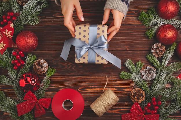 Proceso de envolver regalos y decorar para las vacaciones de navidad de cerca