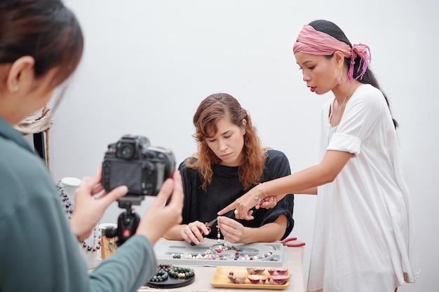 Proceso de filmación de la fabricación de joyas.