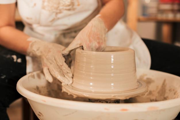 El proceso de formación de vasijas con arcilla.