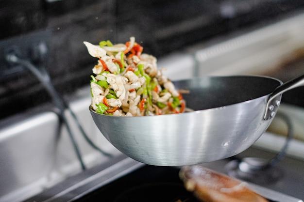 Proceso de freír los ingredientes de la envoltura de quesadilla mexicana