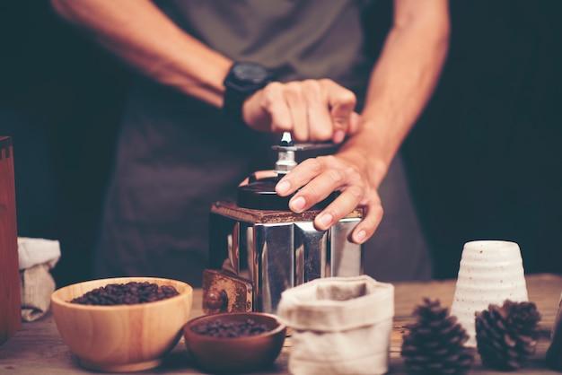 Proceso de goteo de café, imagen de filtro vintage