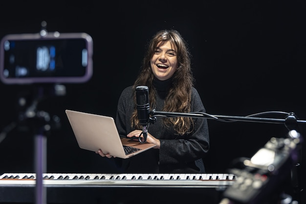 El proceso de grabación de contenido de video para aprender a tocar el piano.
