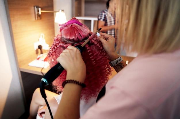Proceso de hacer cabello afro rizado