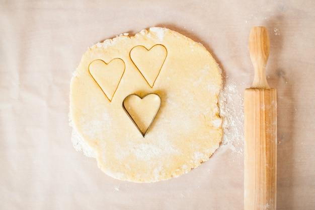 El proceso de hacer deliciosas y sencillas galletas en forma de corazón para el desayuno. día de san valentín. bricolaje. paso a paso. paso 7