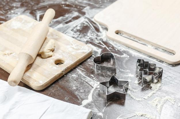 El proceso de hacer galletas caseras.