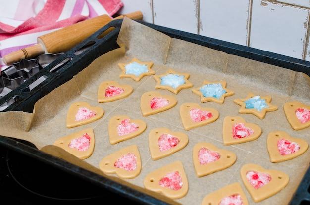 El proceso de hacer galletas y pan de jengibre de navidad.