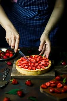 Proceso de hacer tarta con fresas