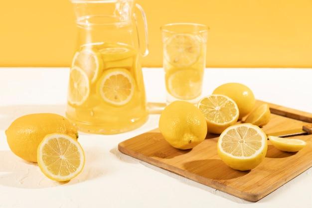 Proceso de limonada de ángulo bajo en casa