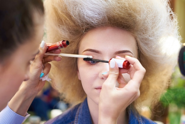 El proceso de maquillaje profesional.
