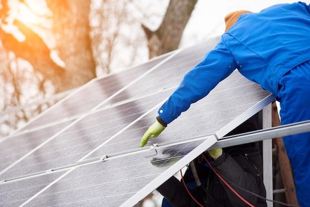 Proceso de montaje de módulos solares azules