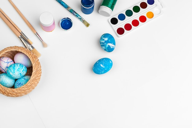 Proceso de pintar huevos de pascua. preparándose para la pascua.
