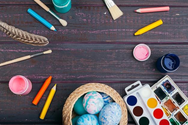 Proceso de pintar huevos de pascua