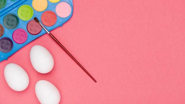 Proceso de pintura de huevos en el espacio de copia