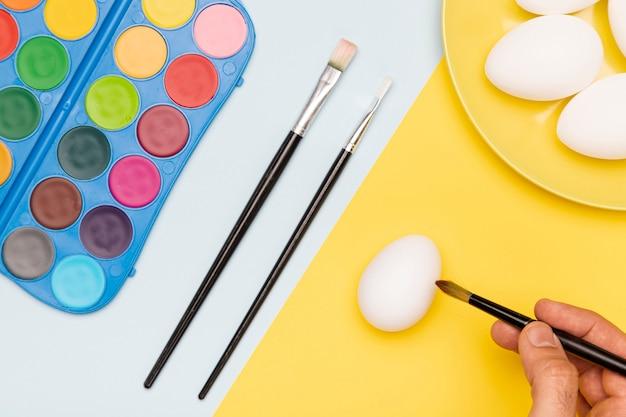 Proceso de pintura de huevos de pascua