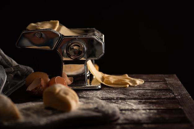 Proceso de preparación de masa casera para pasta en una máquina de pasta, cocina tradicional italiana