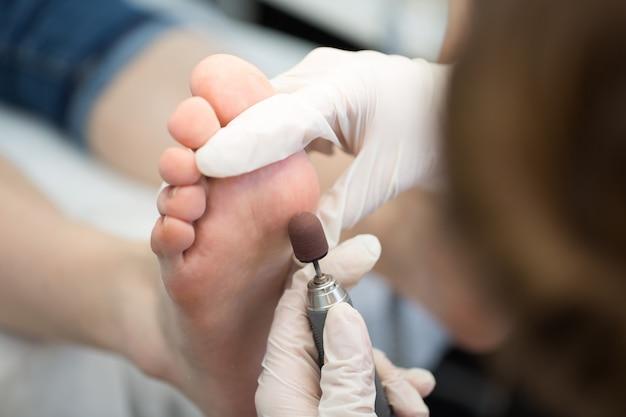 Proceso de primer plano de pedicura, pulido de pies